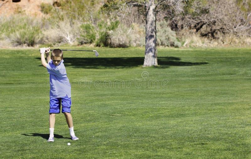 路线高尔夫球运动员少年年轻人 免版税库存照片