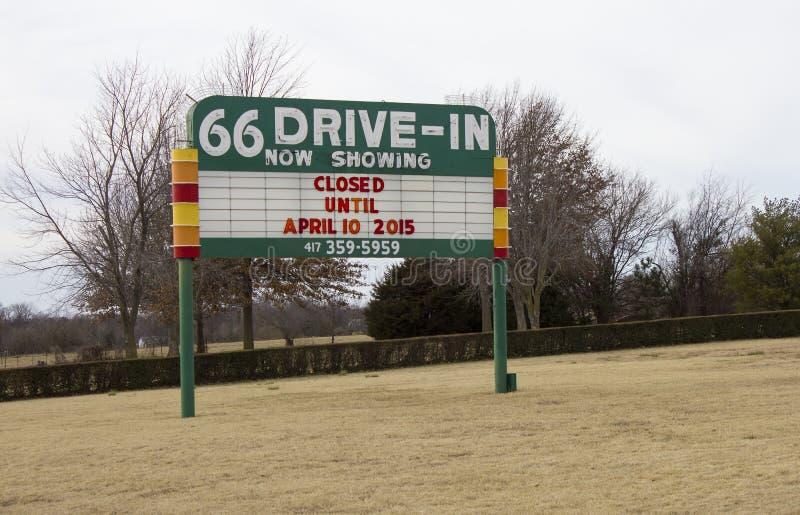 路线66免下车服务剧院大门罩标志 库存照片