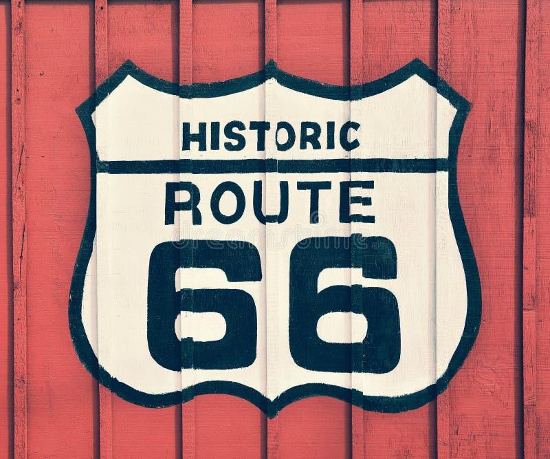 路线66标志有木背景 免版税库存图片