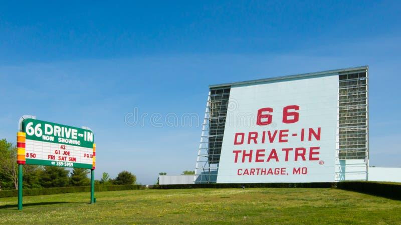 路线66 :66免下车服务剧院,迦太基, MO 免版税库存照片