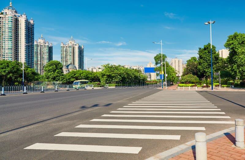 路行人交叉路,城市街道斑马线 免版税库存照片