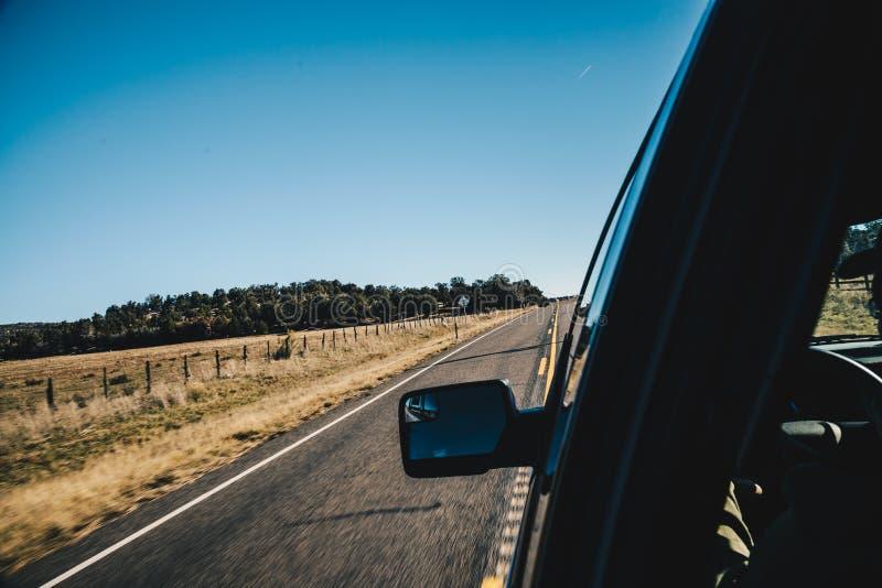 路行动迷离视图有旁边镜子的从汽车里边 图库摄影