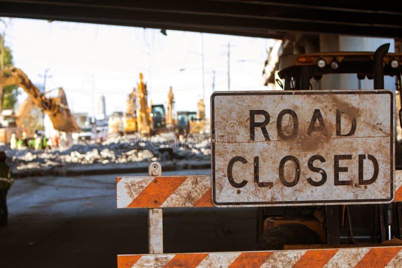路被关闭的护拦阻拦对主要跨境建筑的通入 免版税库存照片