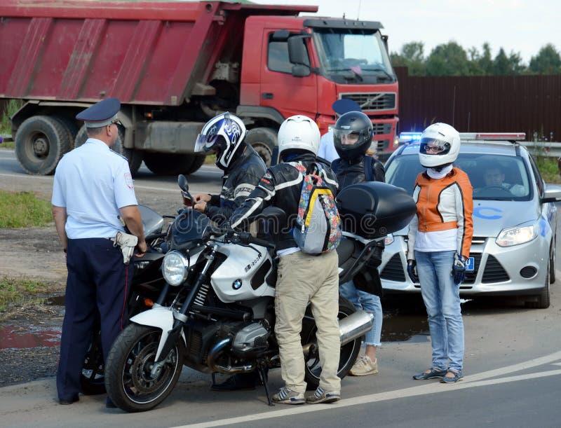 路警察巡逻服务的审查员举办在轨道的一次预防袭击 图库摄影