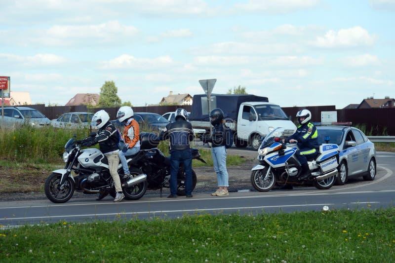 路警察巡逻服务的审查员举办在轨道的一次预防袭击 免版税图库摄影