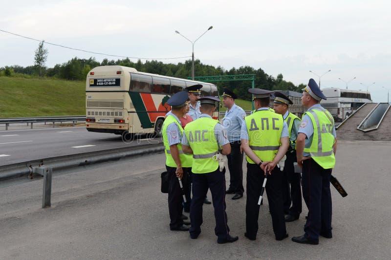 路警察巡逻服务的审查员召开短的会议在住院病人岗位 库存图片