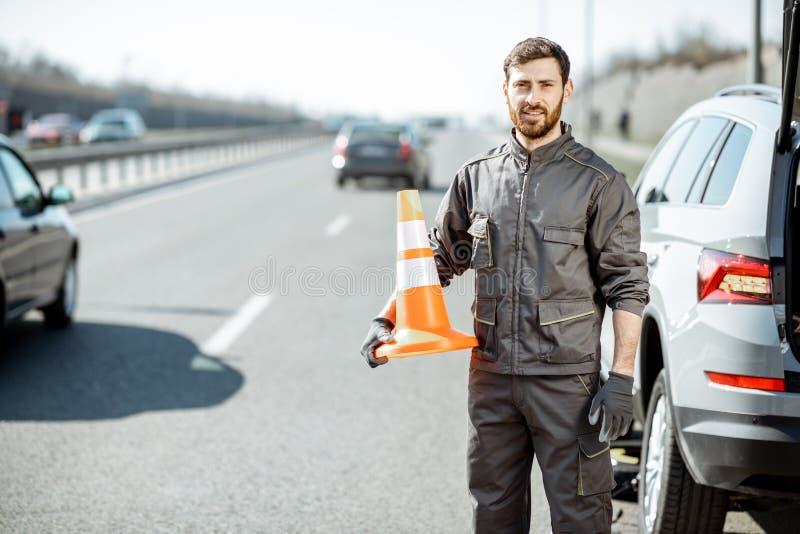 路路旁的协助工作者 免版税库存图片