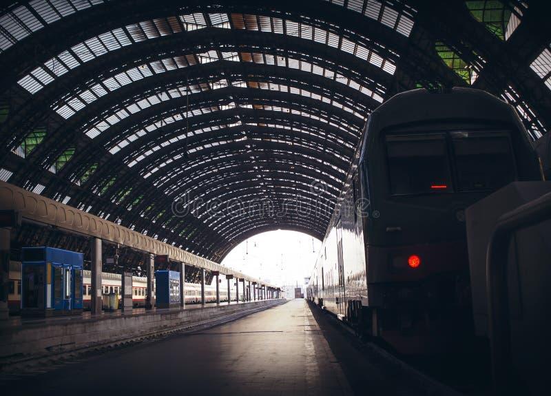 路轨和一列火车深刻的透视在米兰中央驻地 免版税库存图片