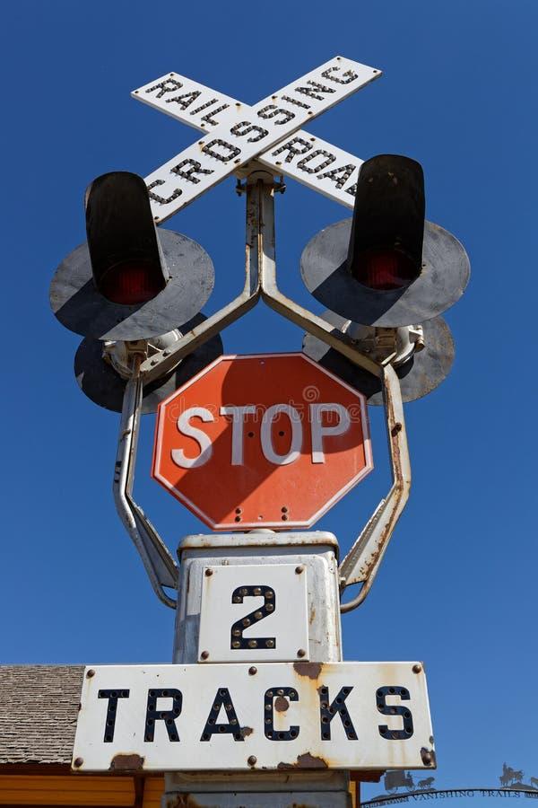 路轨在蓝天的平交道口 库存图片