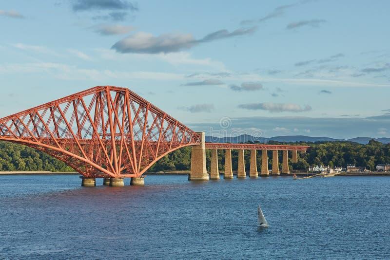 路轨桥梁,苏格兰,与北部Queensferry鼓笛的连接的南Queensferry爱丁堡 免版税图库摄影