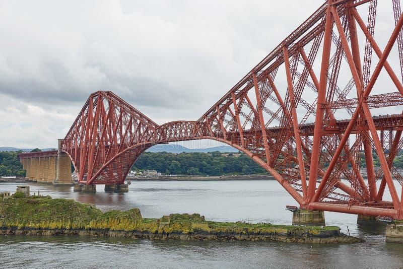 路轨桥梁,苏格兰,与北部Queensferry鼓笛的连接的南Queensferry爱丁堡 库存照片