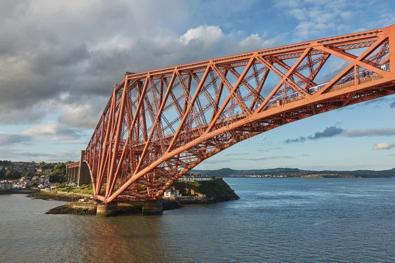 路轨桥梁,苏格兰,与北部Queensferry鼓笛的连接的南Queensferry爱丁堡 免版税库存图片