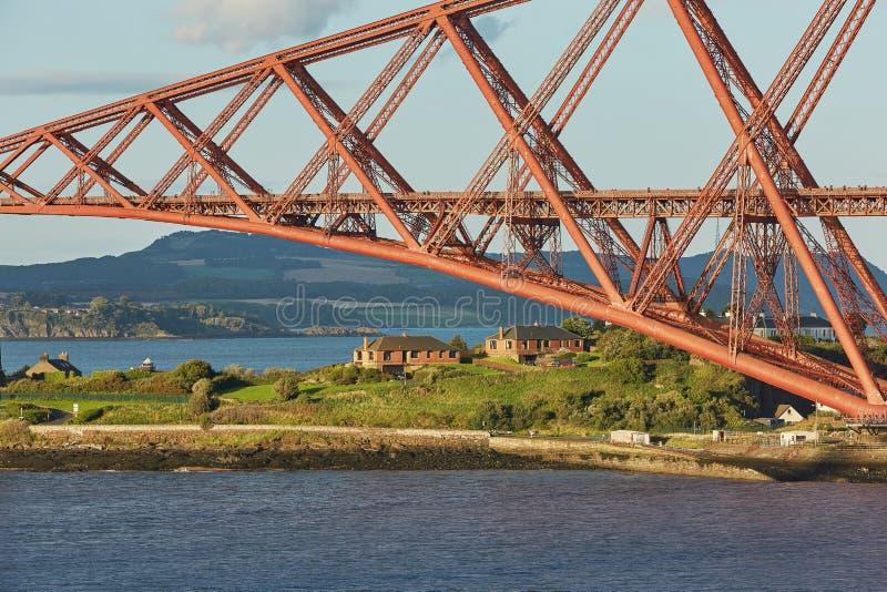 路轨桥梁,苏格兰,与北部Queensferry鼓笛的连接的南Queensferry爱丁堡 免版税库存照片