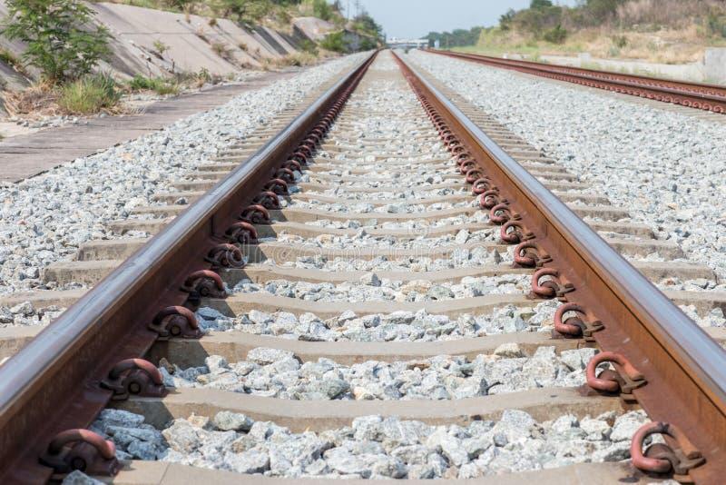 路轨联接,有透视线的路轨船锚的关闭从铁轨 安全运输 避免堵车 图库摄影