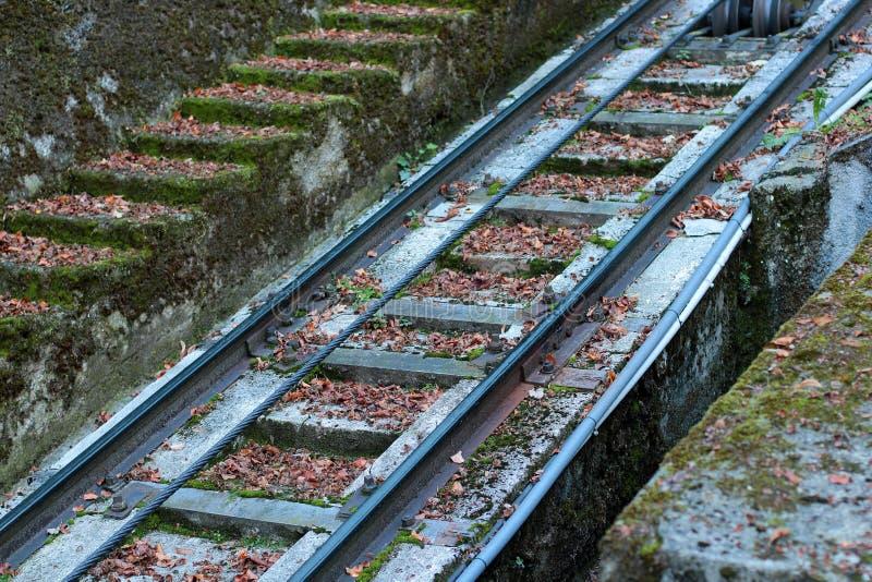 路轨,睡眠者为缆索铁路的特写镜头缚住 库存图片