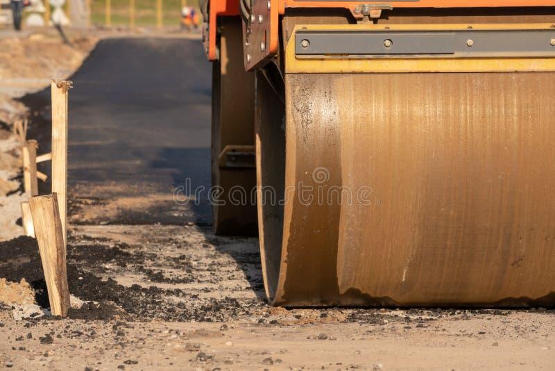 路辗在路的建筑时变紧密在路的沥青 路面的击实在修路 溜冰场 免版税库存照片