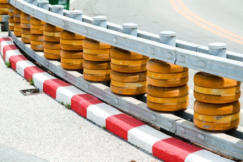 路辗障碍被设定在陡峭的弯曲的路和在小山下对PR 免版税库存图片