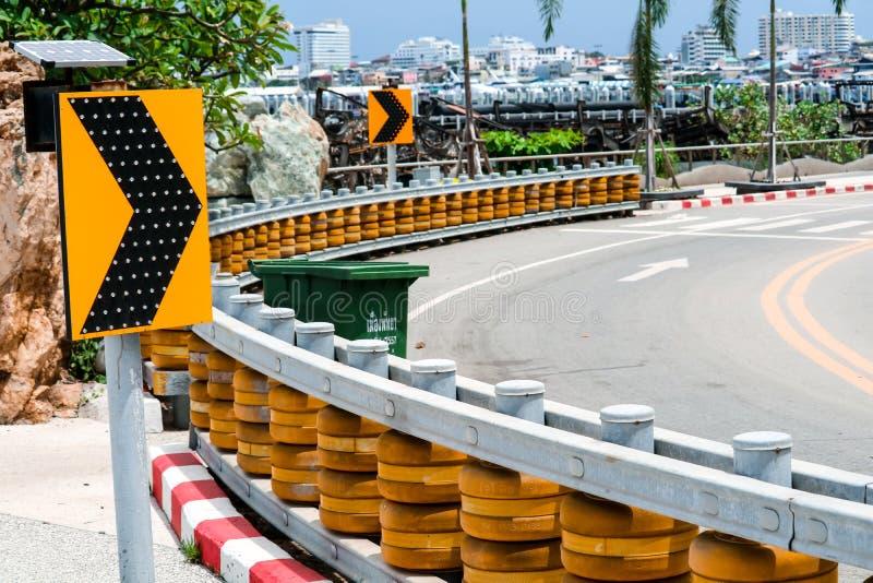 路辗障碍被设定在陡峭的弯曲的路和在小山下对PR 免版税库存照片