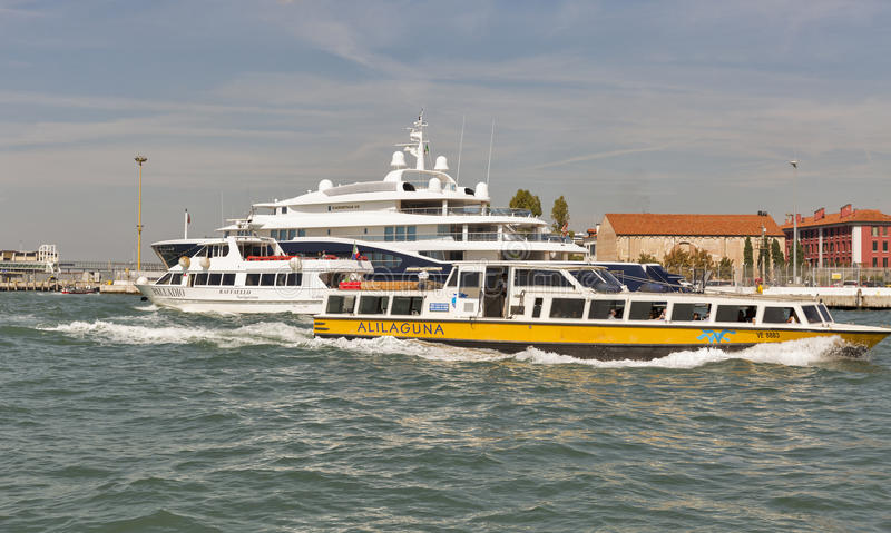 水路运输在威尼斯盐水湖,意大利 图库摄影