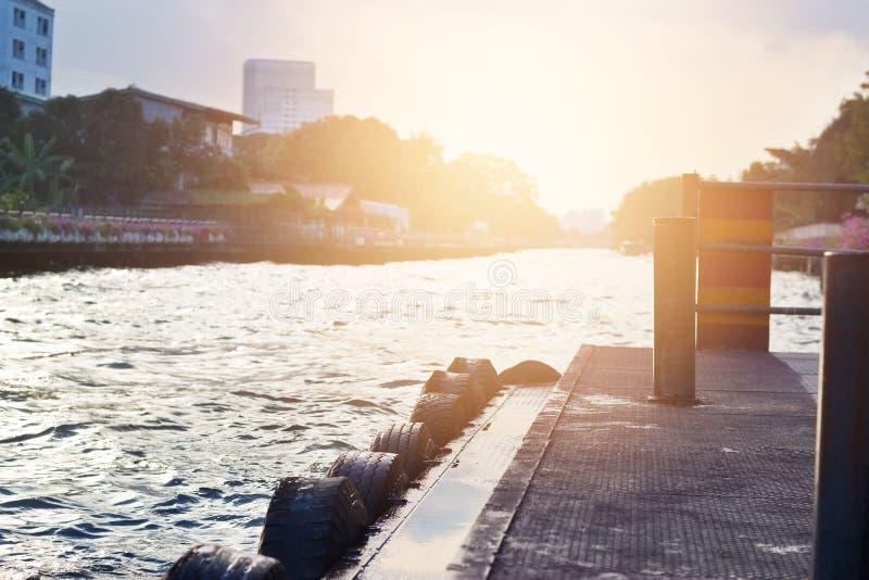 水路运输的浮船船坞在晚上日落 免版税库存图片