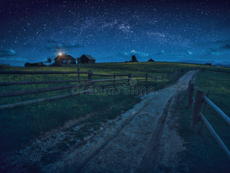 路通过喀尔巴阡山脉的夜村庄 库存图片