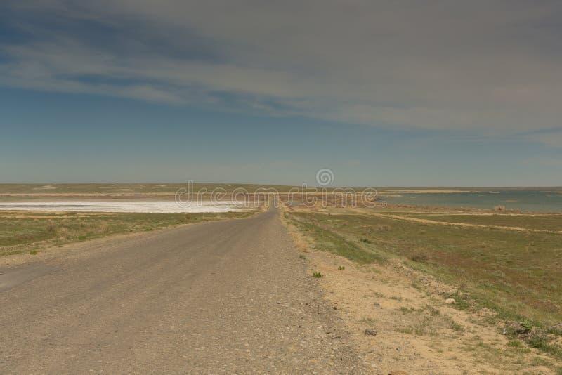 路通过干草原向咸海 哈萨克斯坦,2019年 免版税库存图片