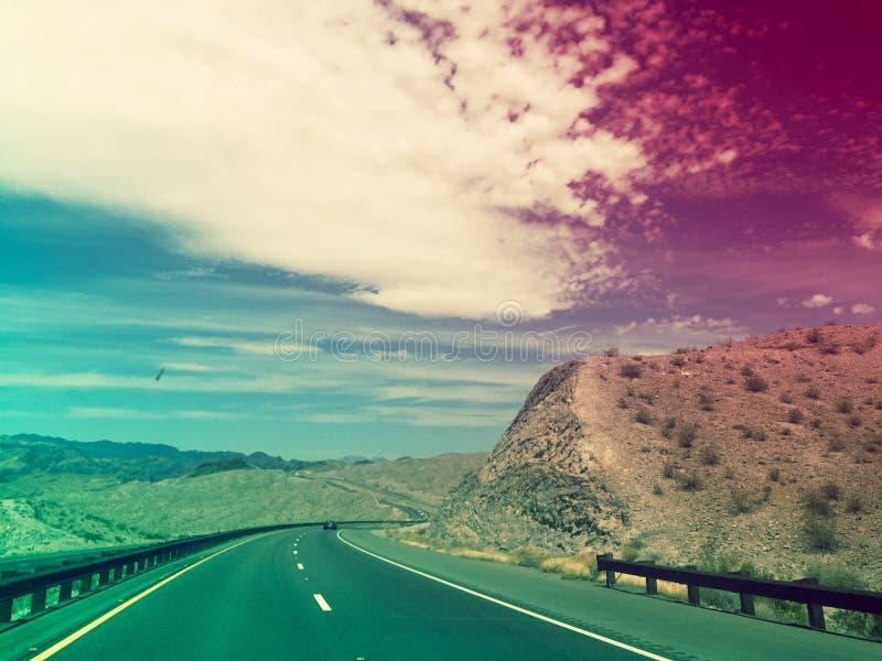 路通过沙漠原野到拉斯维加斯里 免版税图库摄影