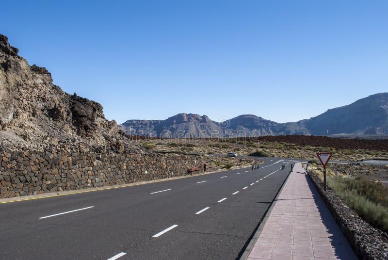 路通过荒地 免版税图库摄影