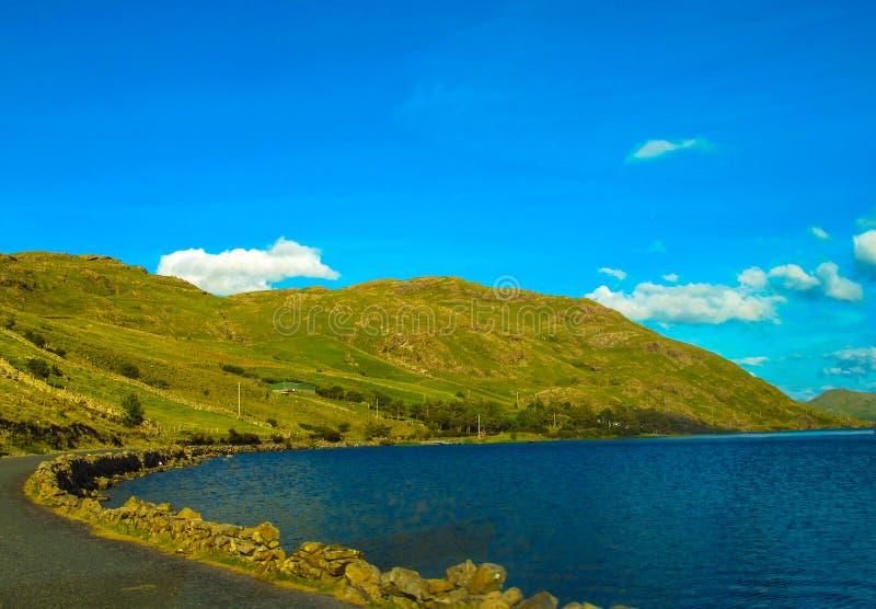 路通过Connemara风景,戈尔韦,爱尔兰 免版税图库摄影