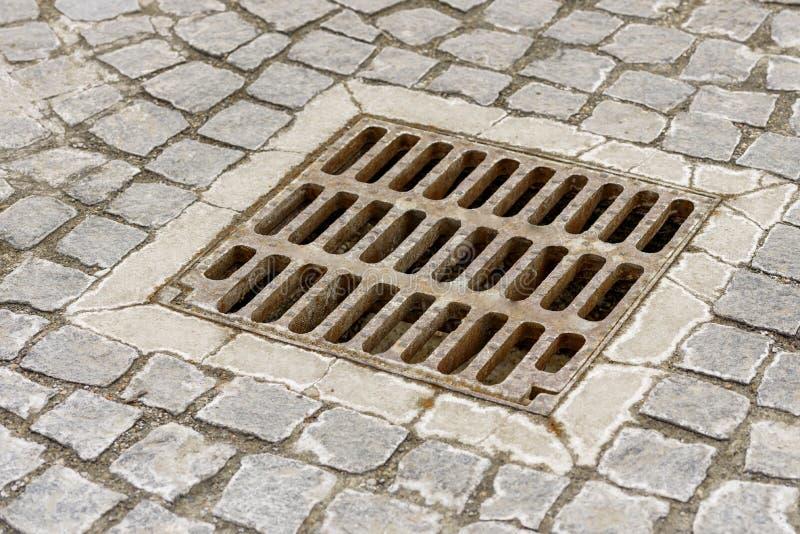 路雨水的下水道花格 库存图片
