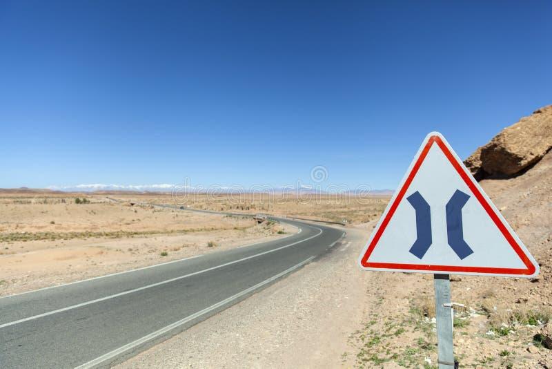 路面狭窄在摩洛哥签字 免版税库存图片