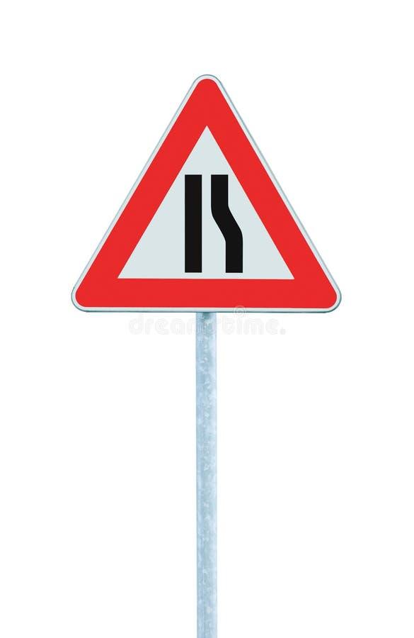 路面狭窄在杆岗位,右边,大详细的被隔绝的特写镜头,三角交通标志签字 免版税库存照片