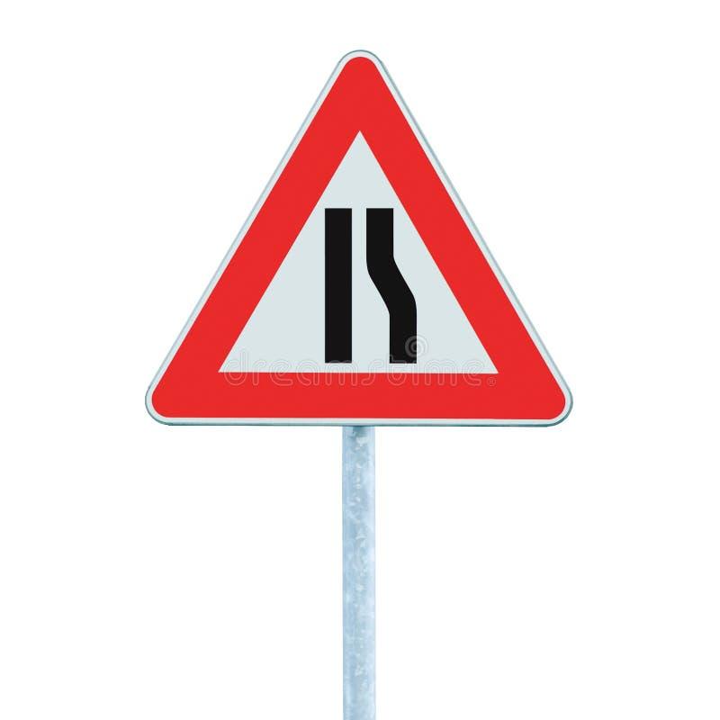 路面狭窄在杆岗位,右边,被隔绝的特写镜头的路标 免版税库存照片