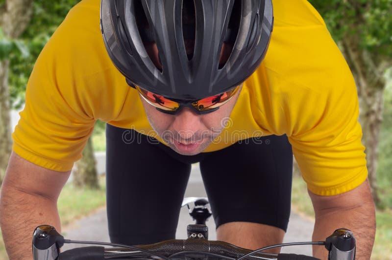 路骑自行车者 库存图片