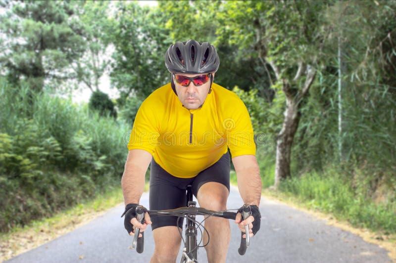 路骑自行车者 免版税库存照片
