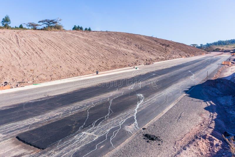 路高速公路土堤新的扩展车道 免版税库存图片
