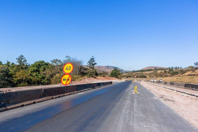 路高速公路新的扩展车道 免版税库存图片