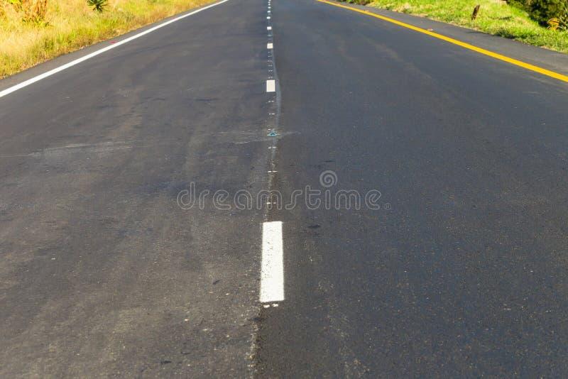 路高速公路新的柏油碎石地面减少的透视 库存图片