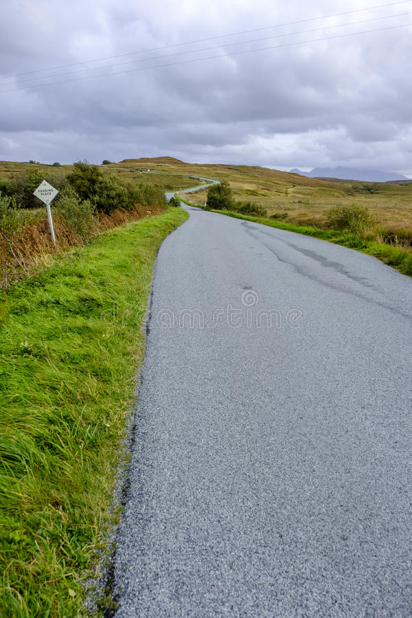 路绕到在斯凯岛小岛的距离里  免版税图库摄影