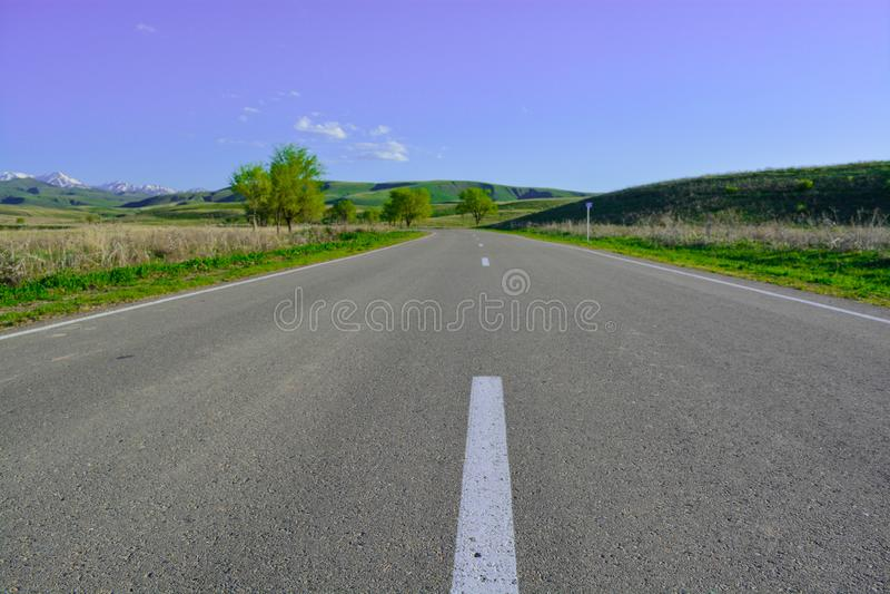 路 边缘 青山 结算天数 山'Alatau' 库存照片