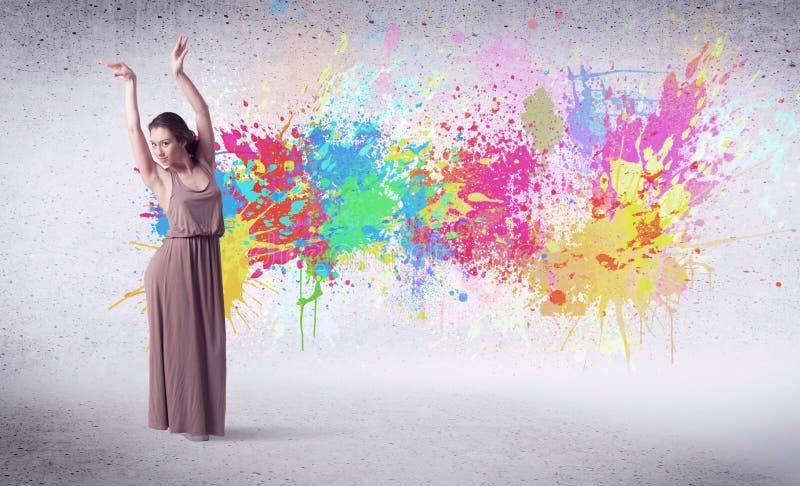 跳与五颜六色的油漆的现代街道舞蹈家飞溅 库存图片