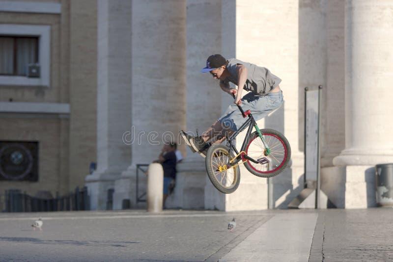 跳与自行车的男孩 库存照片