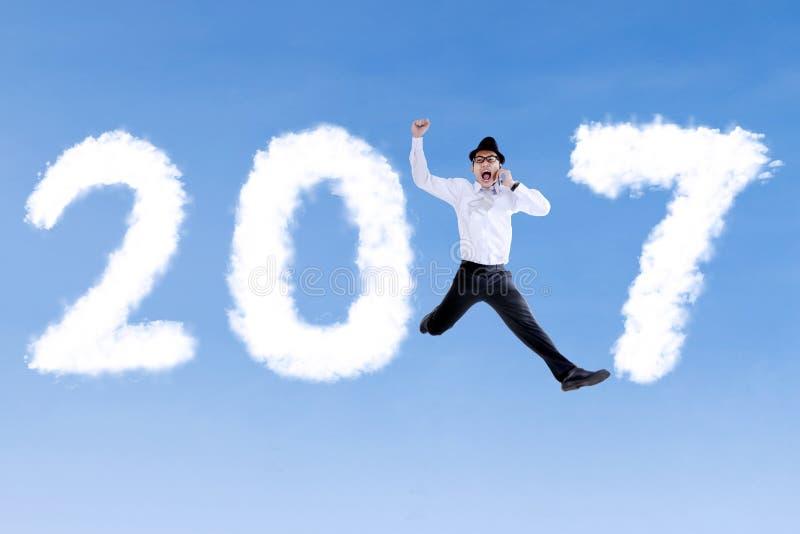 跳与2017年的商人 免版税库存图片