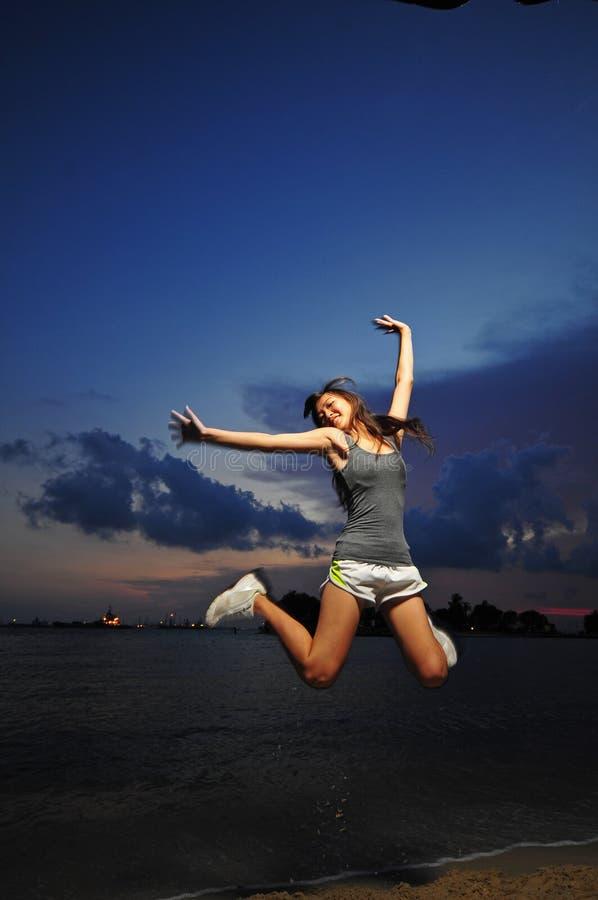 跳为喜悦的亚裔中国女孩 库存图片