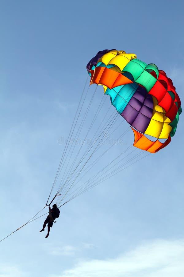 跳伞的储蓄图象在海,拖曳乘小船 库存照片