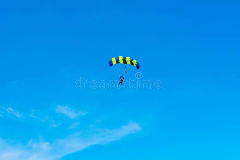 跳伞运动员在降伞的保护下飞行 免版税库存图片