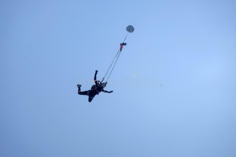 跳伞运动员女孩开始部署降伞 图库摄影