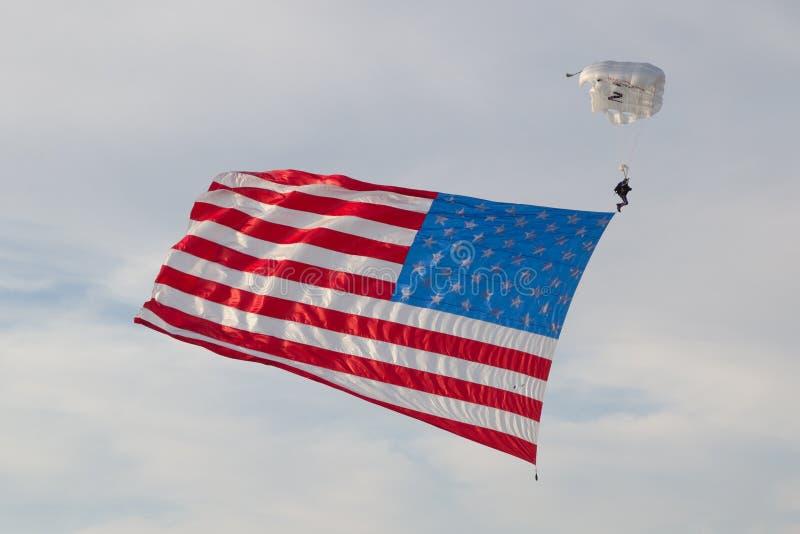跳伞运动员美国旗子 免版税库存照片