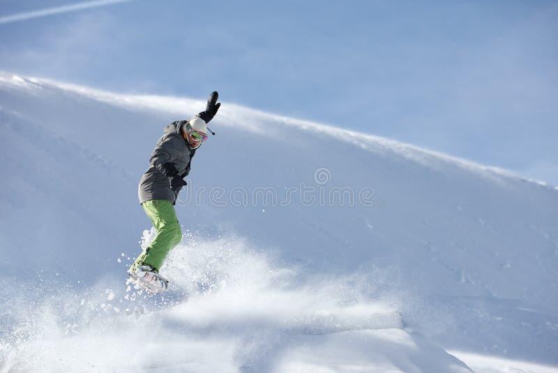 跳反对雪倾斜背景的挡雪板 库存照片