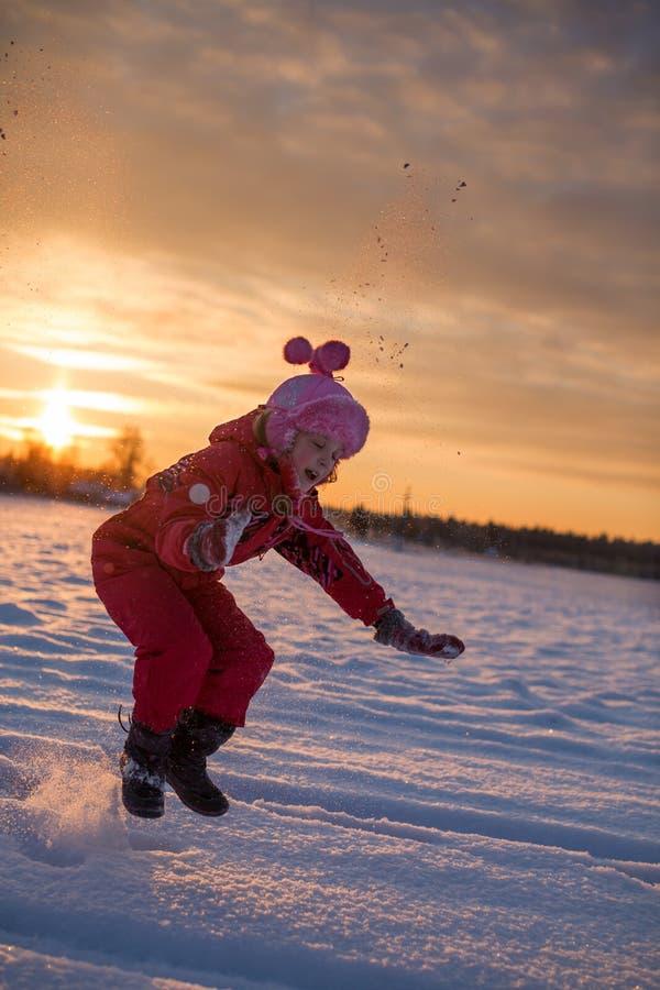 跳在冬天的女孩 库存照片